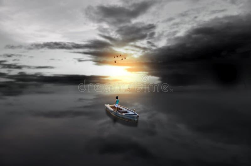 Viaje para a criança clara no barco no mar do waterscape fotografia de stock