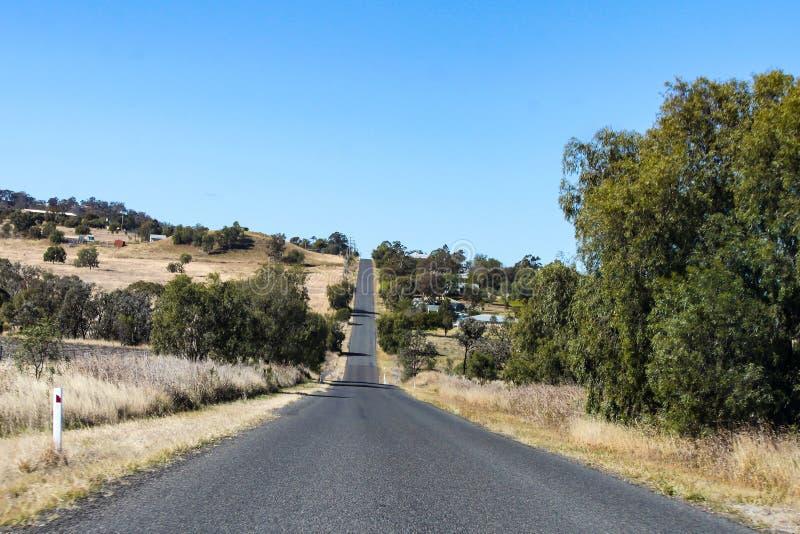 Viaje por carretera Australia - conduciendo a través de las zonas de influencia de Queensland en un día soleado fotografía de archivo