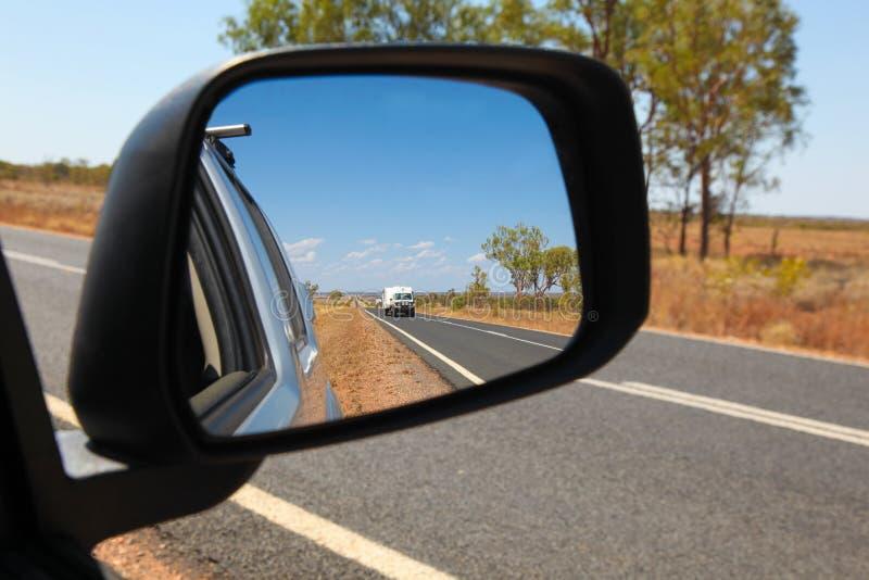 Viaje por carretera australiano - la visión es espejo lateral en Queensland central imágenes de archivo libres de regalías
