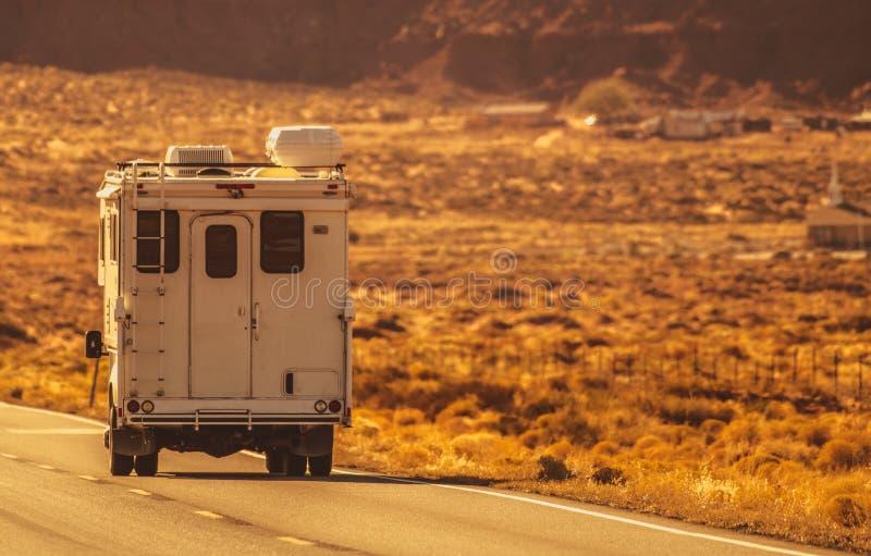 Viaje por carretera del campista del camión fotografía de archivo