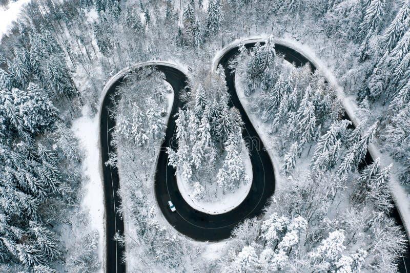 Viaje por carretera del invierno en las condiciones de conducción del invierno de los mountinas foto de archivo libre de regalías