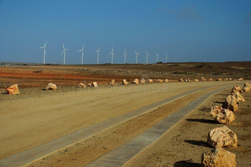 Viaje por carretera junto a los molinoes de viento fotografía de archivo libre de regalías