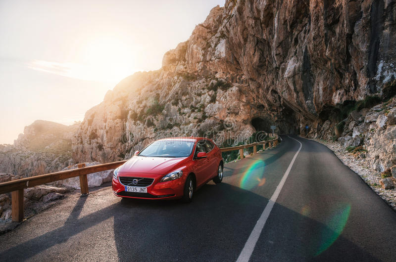 Viaje por carretera a la montaña con el coche rojo Volvo, Mallorca, España imagenes de archivo