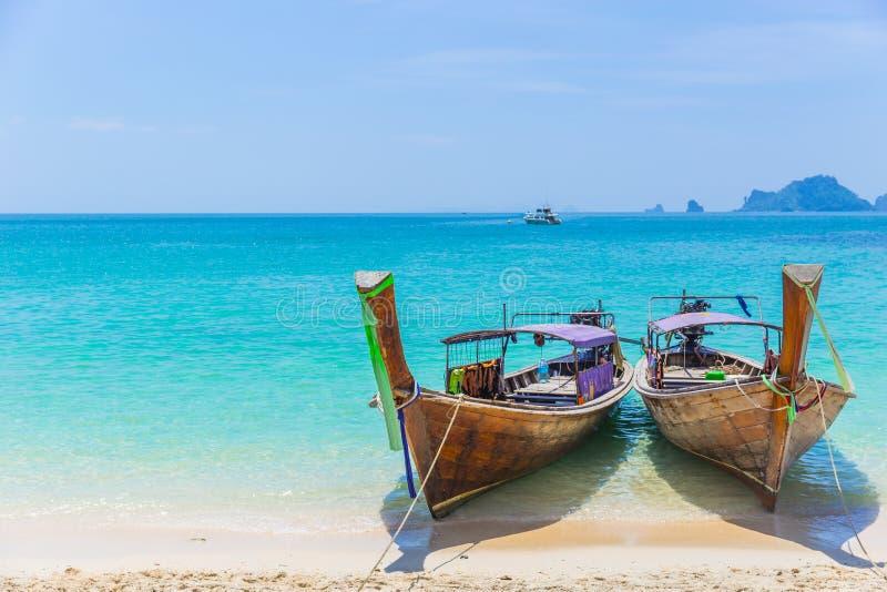 Viaje por mar de Tailandia Andaman con los barcos de la cola larga fotos de archivo