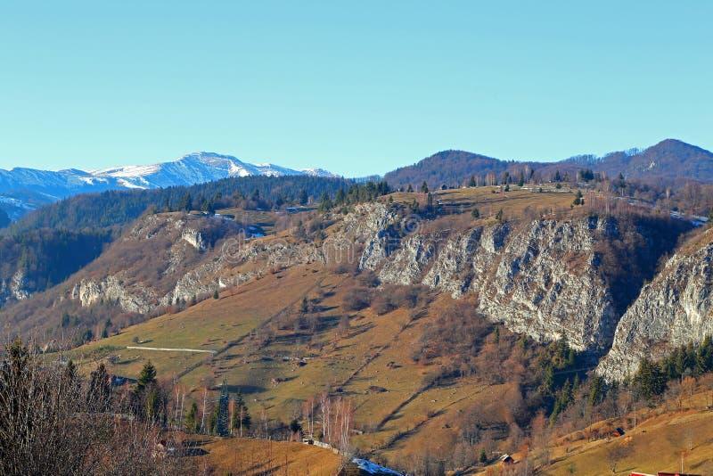 Viaje a Rumania: Invierno en pueblo de montañas cárpatas foto de archivo