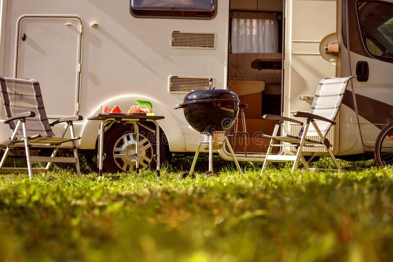 Viaje rv, viaje de las vacaciones de familia del día de fiesta en el motorhome, caravana Ca fotos de archivo