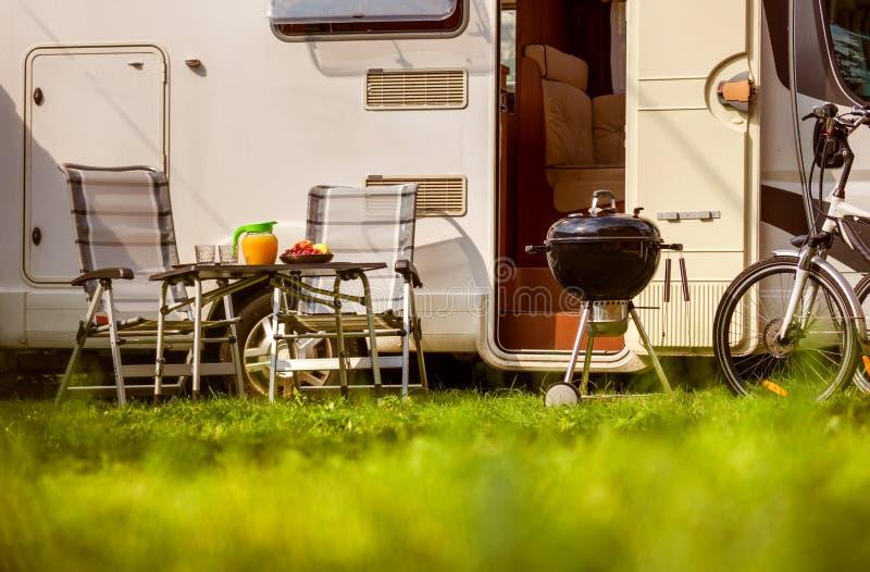 Viaje rv, viaje de las vacaciones de familia del día de fiesta en el motorhome, caravana Ca foto de archivo