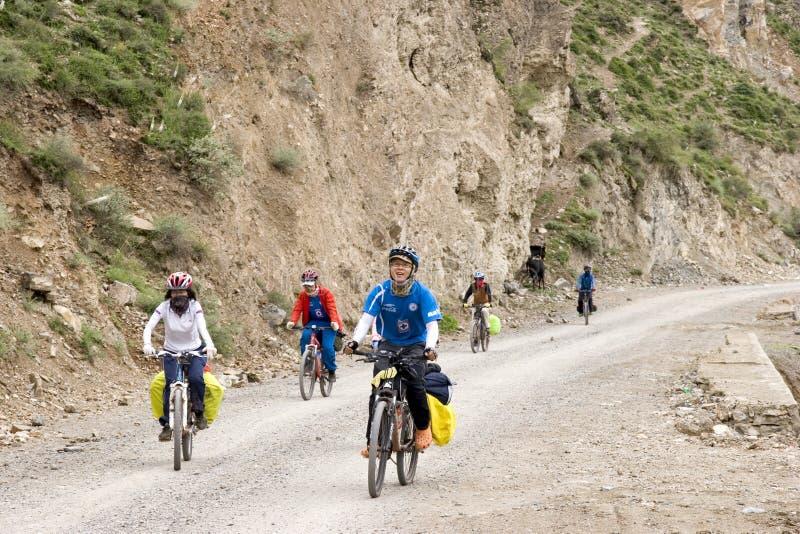 Viaje a Tíbet en bici fotos de archivo