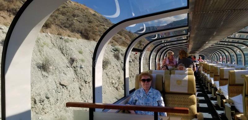 Viaje a través de Canadá en tren para las opiniones imponentes el canadiense Rocky Mountains fotografía de archivo