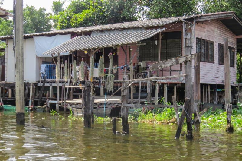 Viaje a través de los calle-canales de la zona urbana Casas de locals imágenes de archivo libres de regalías