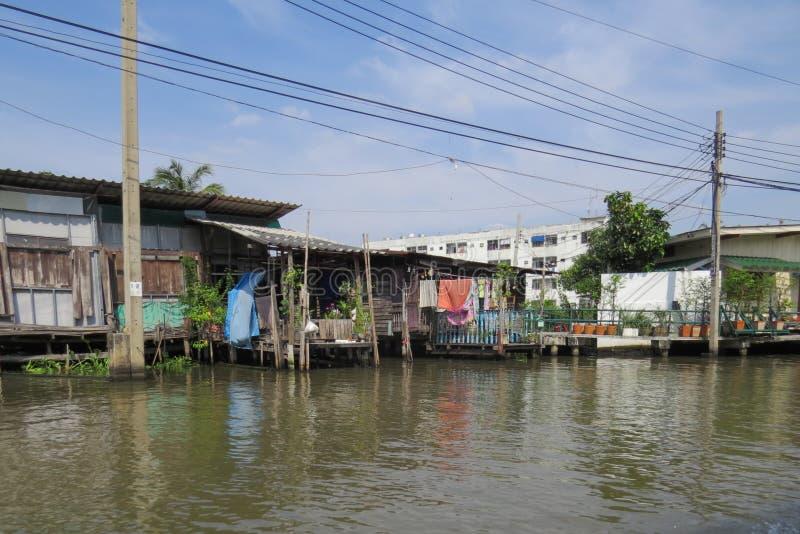 Viaje a través de los calle-canales de la zona urbana Casas de locals foto de archivo libre de regalías