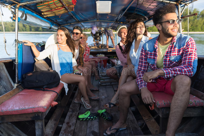 Viaje turístico del viaje de las vacaciones del mar de los amigos del océano del barco de Tailandia de la cola larga de la vela d imagen de archivo libre de regalías