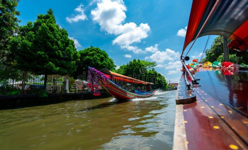 Viaje turístico en barco al edificio y a la cultura de observación de la costa Fondo del paquete de viaje Barco de navegación en  imagen de archivo