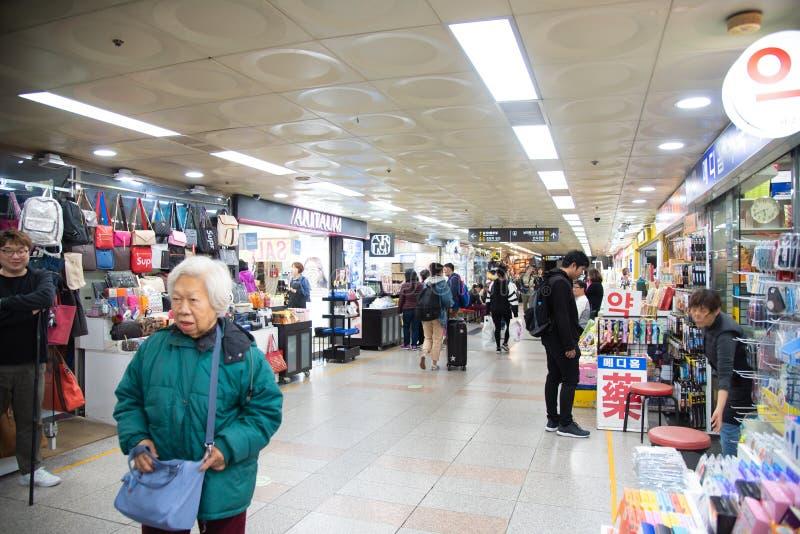 Viaje turístico no identificado de Seúl Corea 2018-23-october en el lugar famoso cuadrado del myeongdong para la calle del estilo fotografía de archivo libre de regalías