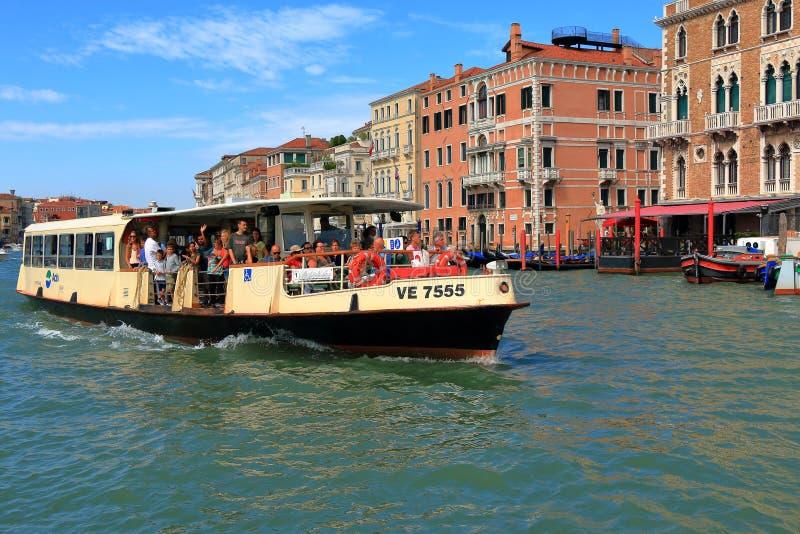 Viaje turístico por el vaporetto (autobús del agua) en Venecia imagen de archivo