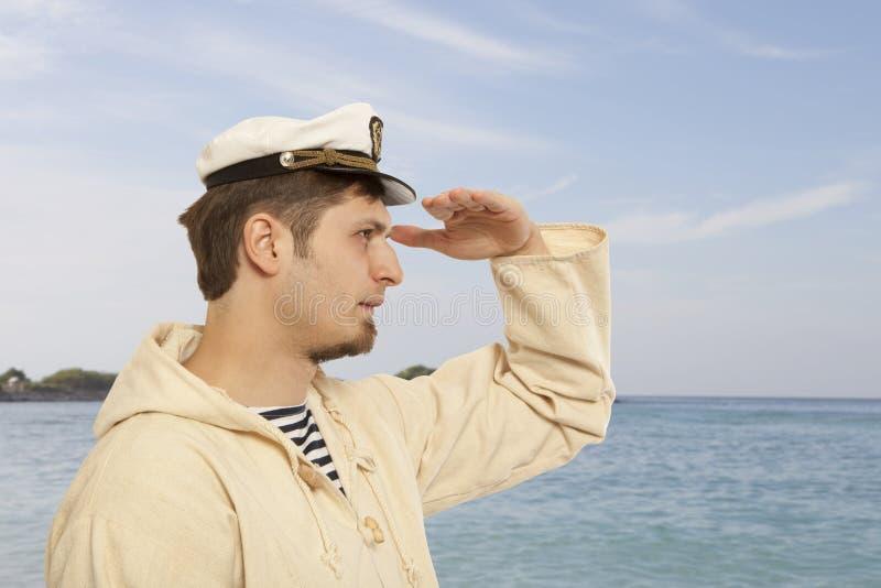 Viaje y concepto marino - hombre en sombrero del capitán foto de archivo libre de regalías