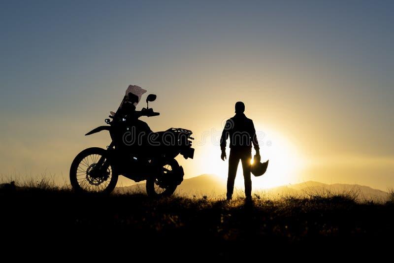 Viaje y puestas del sol de la moto fotografía de archivo