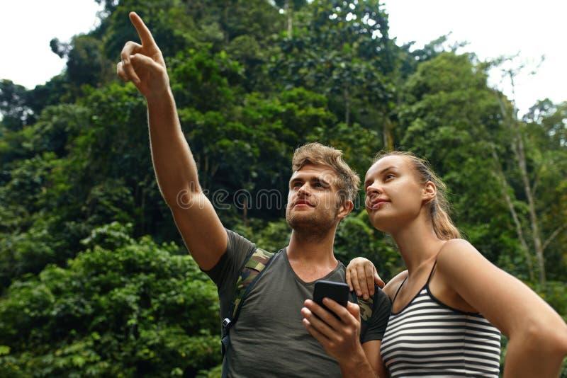 Viaje y turismo Aventura turística de los pares el vacaciones de verano fotografía de archivo libre de regalías