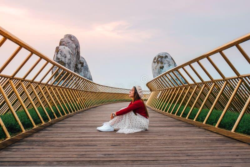 Viajera en el puente dorado de Ba Na Hills, Danang Vietnam fotografía de archivo