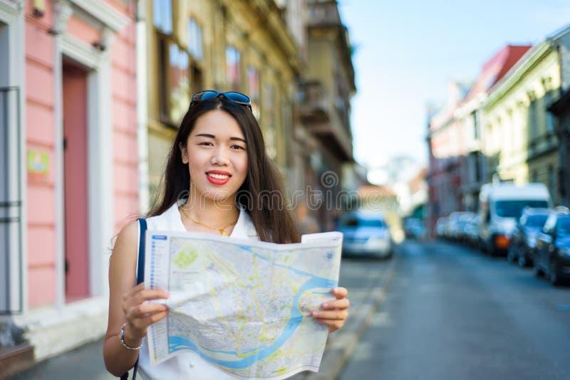 Viajero asiático con un mapa que explora las calles de la ciudad imágenes de archivo libres de regalías