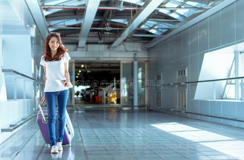 Viajero asiático de la chica joven que camina con llevar fotos de archivo
