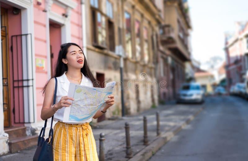 Viajero asiático que explora las calles de la ciudad fotos de archivo