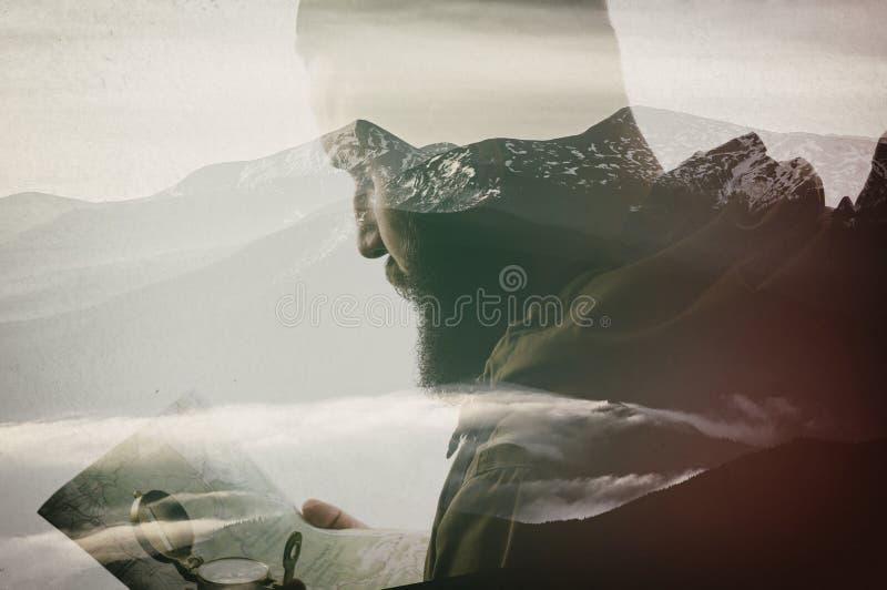 Viajero barbudo con el mapa imagen de archivo