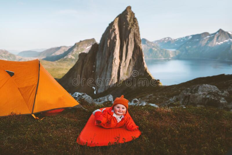 Viajero bebé en camping mat estilo de vida de aventura familiar lindo niño imagen de archivo