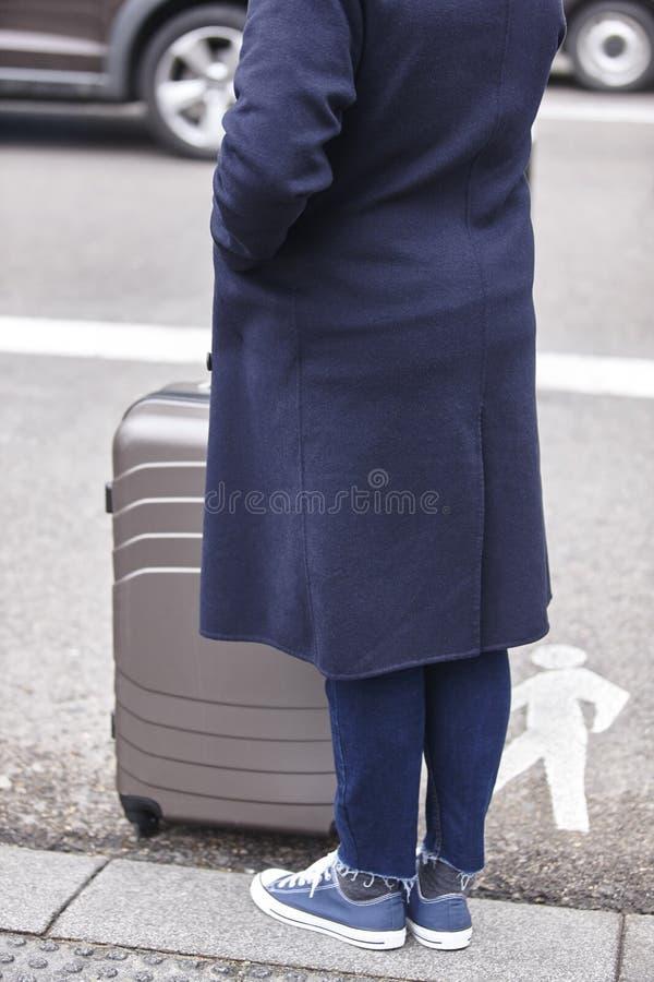 Viajero con el equipaje que espera un taxi Vista del d'Triumph del arco fotografía de archivo libre de regalías