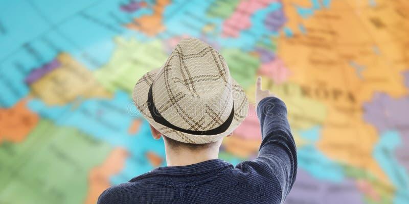 Viajero con el mapa de destinos imágenes de archivo libres de regalías