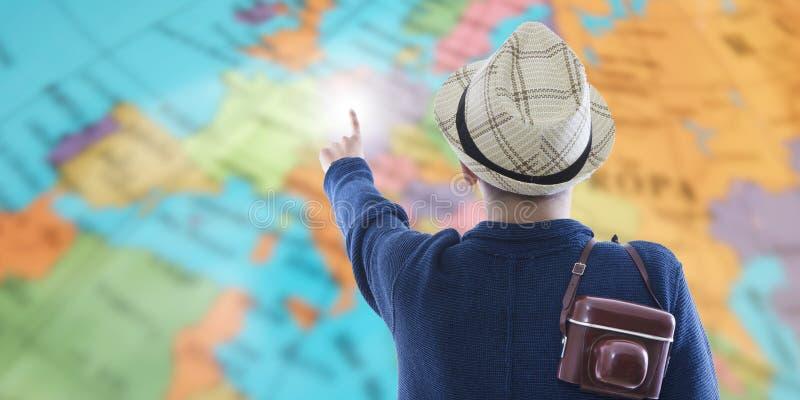 Viajero con el mapa y la cámara foto de archivo libre de regalías