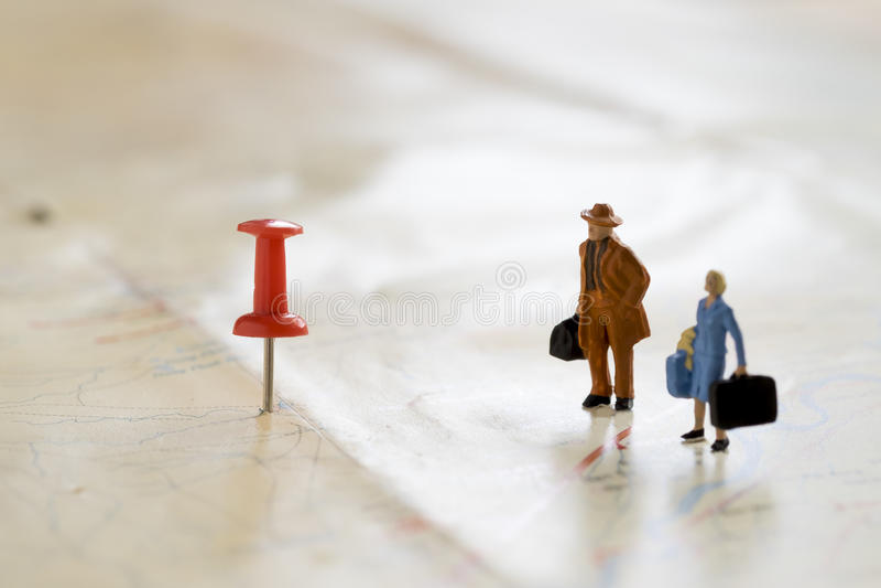 Viajero de Figture con el pasador rojo y un mapa imagen de archivo