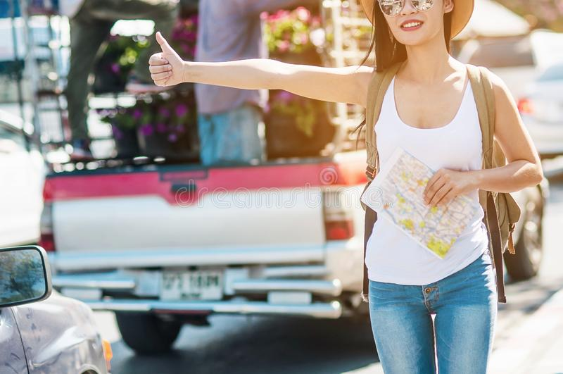 Viajero de la mochila de la mujer joven que coge el vehículo público imágenes de archivo libres de regalías