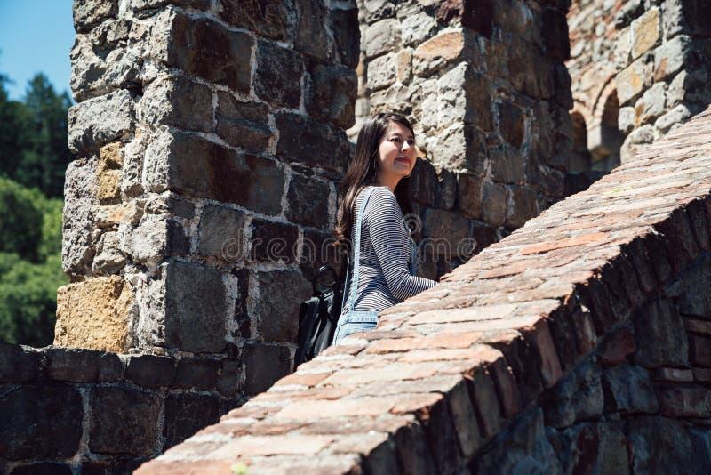 Viajero de la muchacha que visita el viejo paseo medieval del castillo foto de archivo libre de regalías