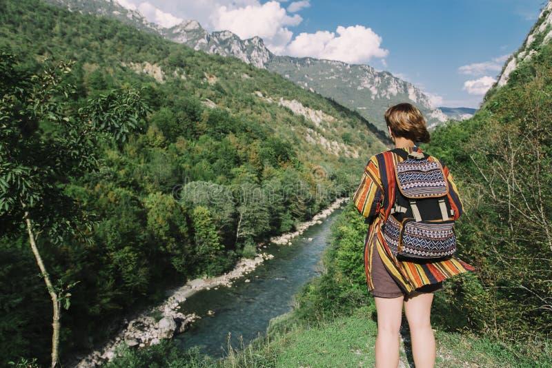 Viajero de la mujer cerca de las montañas y del barranco del río foto de archivo