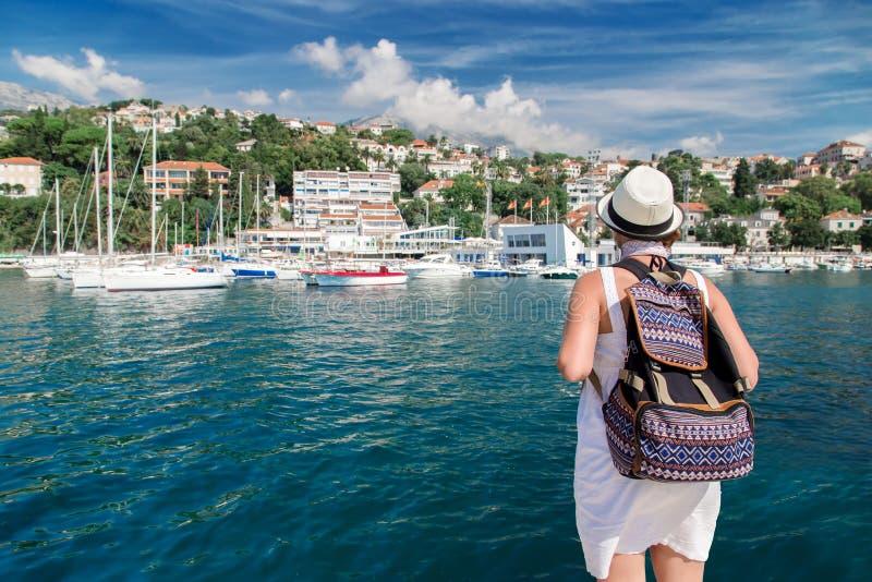 Viajero de la mujer cerca del puerto del mar en el verano imagenes de archivo