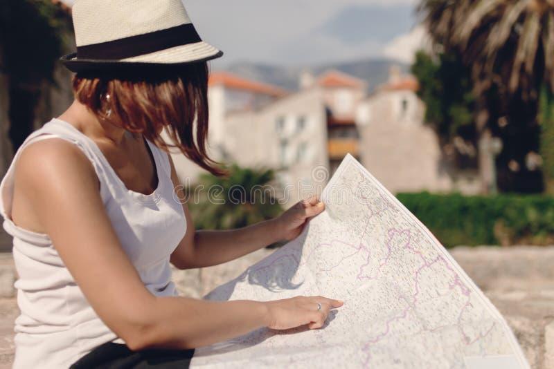 Viajero de la mujer con el mapa en ciudad vieja imagen de archivo