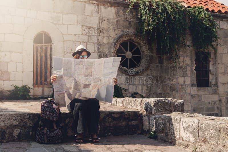 Viajero de la mujer con el mapa en ciudad vieja fotografía de archivo