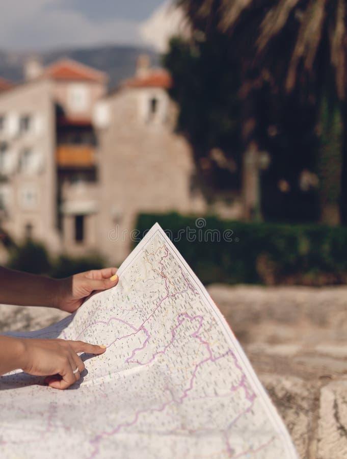 Viajero de la mujer con el mapa en ciudad vieja fotografía de archivo libre de regalías