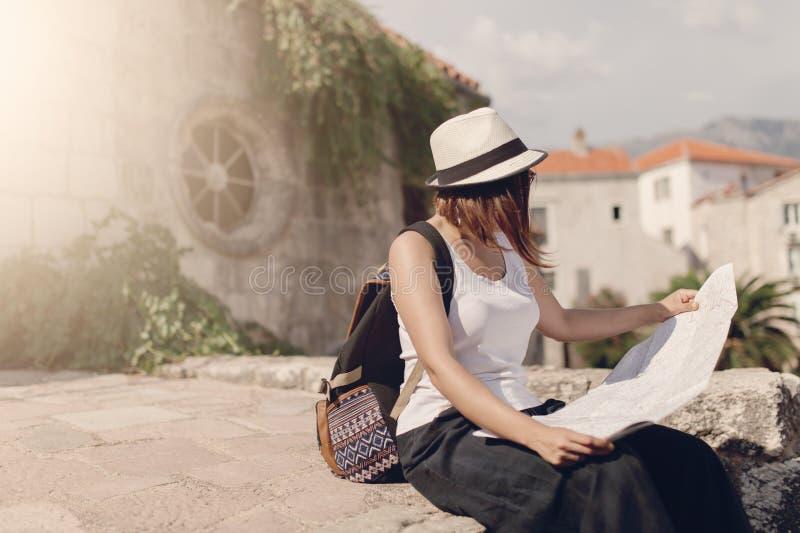 Viajero de la mujer con el mapa en ciudad vieja foto de archivo