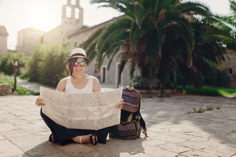 Viajero de la mujer con el mapa en ciudad vieja foto de archivo libre de regalías