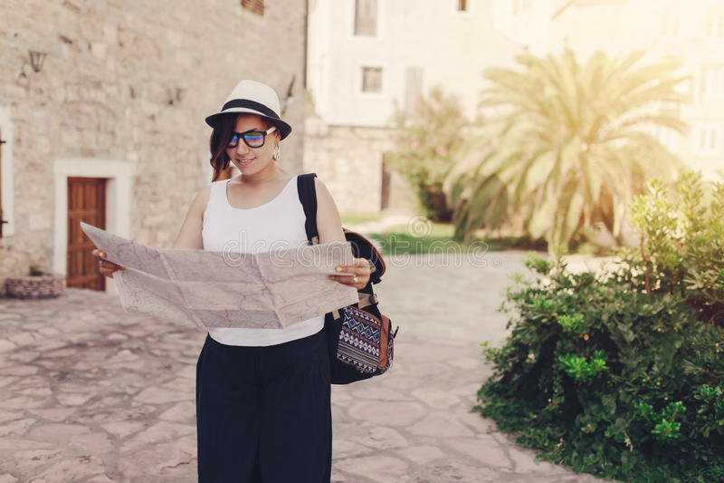 Viajero de la mujer con el mapa en ciudad vieja imágenes de archivo libres de regalías