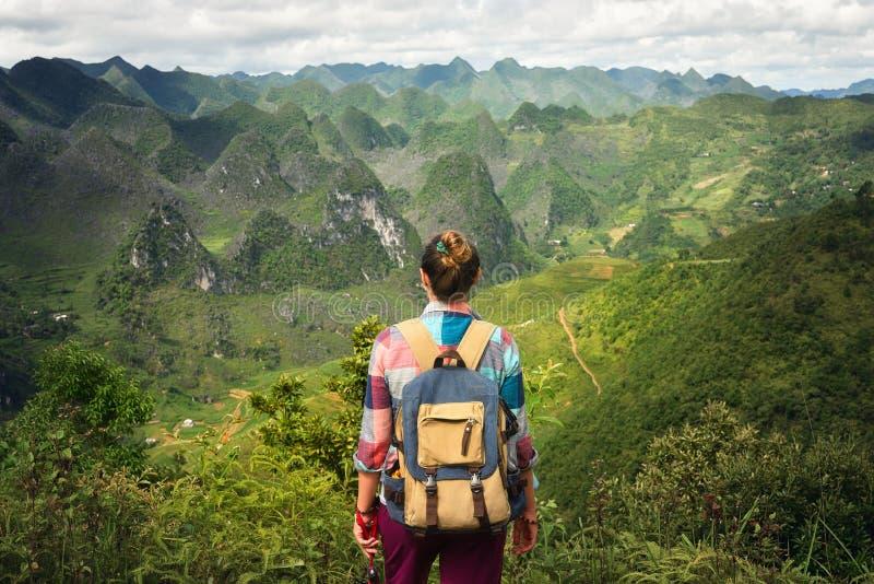 Viajero de la mujer del inconformista con la mochila que disfruta de una hermosa vista o imagenes de archivo