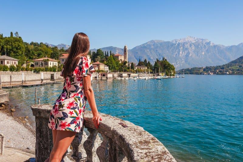 Viajero de la mujer en el lago hermoso Como en Tremezzina, Lombardía, Italia Peque?a ciudad esc?nica con las casas tradicionales  imagenes de archivo