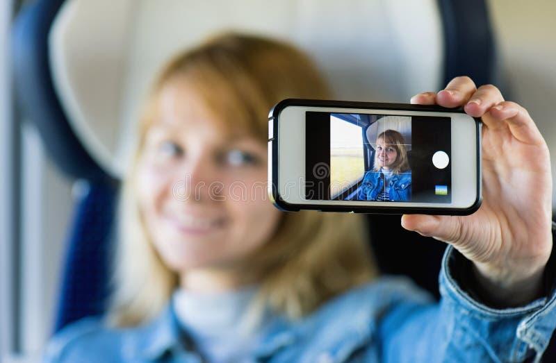 Viajero de la mujer en tren fotografía de archivo
