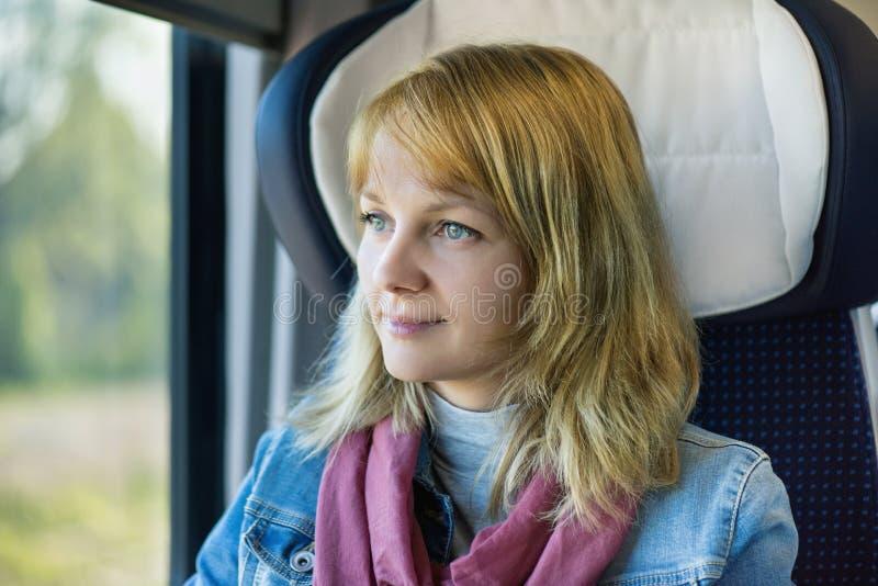 Viajero de la mujer en tren imagenes de archivo