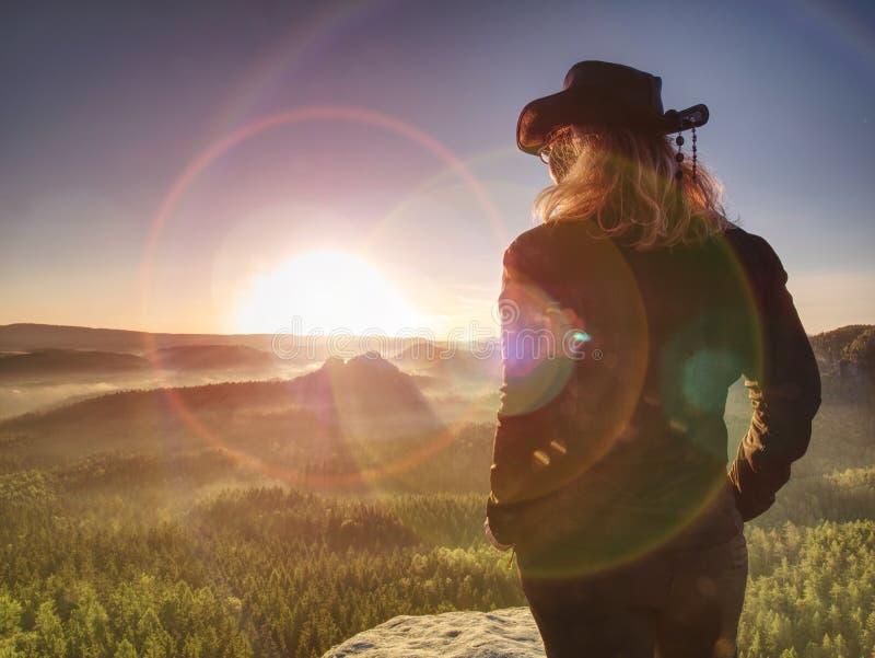 Viajero de la mujer joven que anima que camina en el promontorio rocoso fotografía de archivo libre de regalías