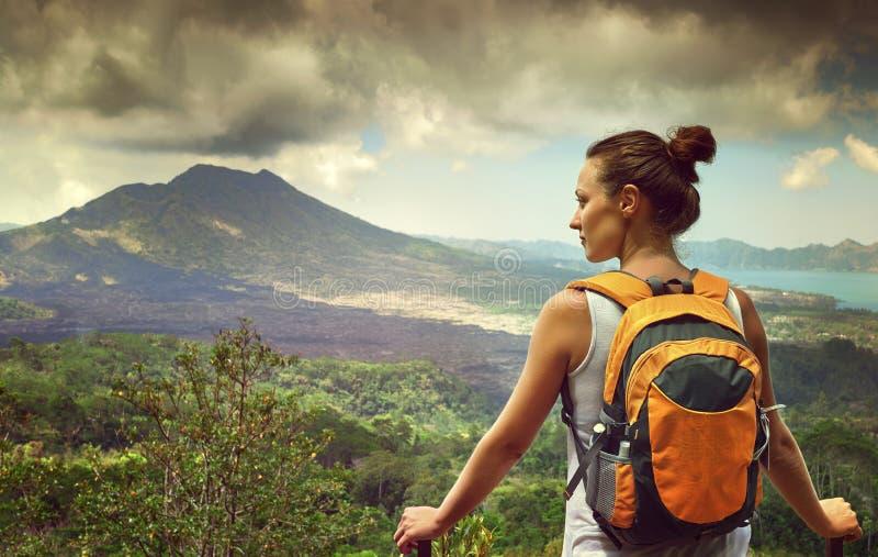 Viajero de la mujer joven que mira el volcán de Batur indonesia imagenes de archivo