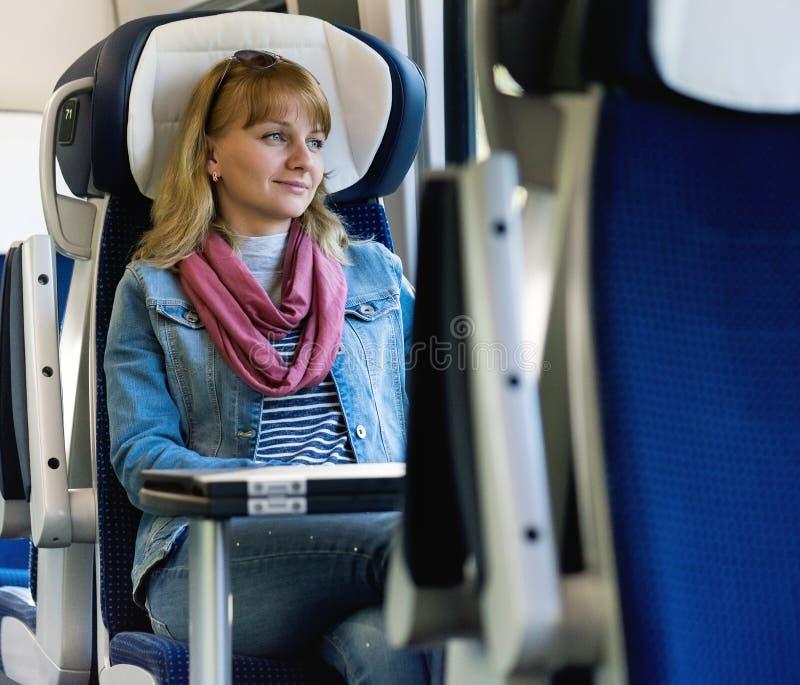 Viajero de la mujer joven que se sienta en tren fotos de archivo libres de regalías