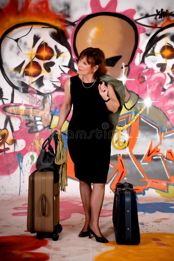 Viajero de la mujer, pintada urbana fotos de archivo